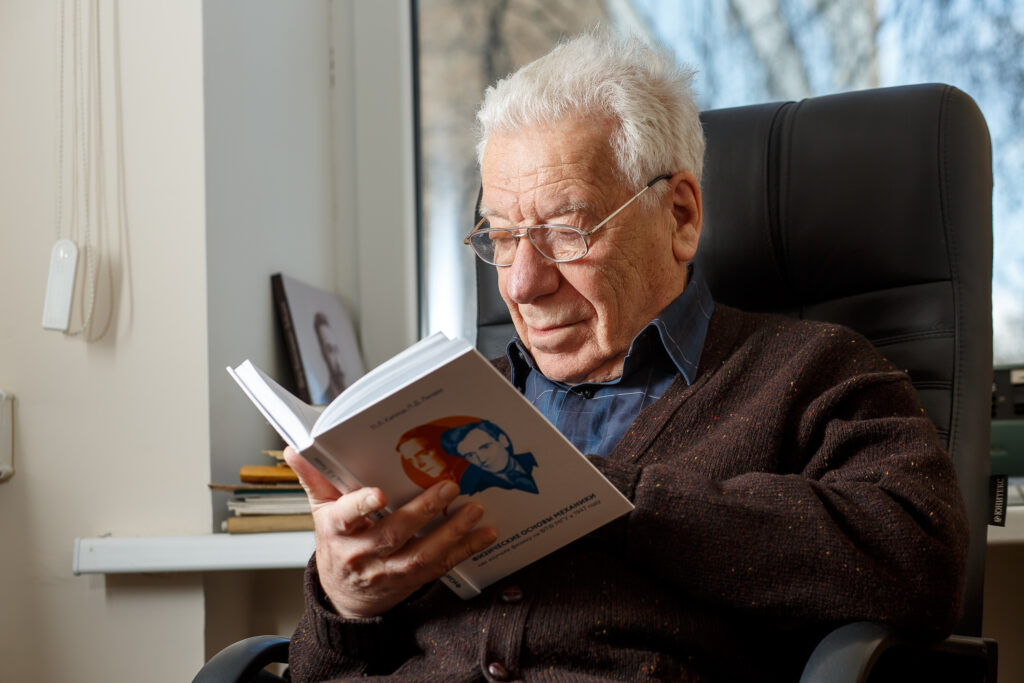 Леонид Абрамович Вайнштейн