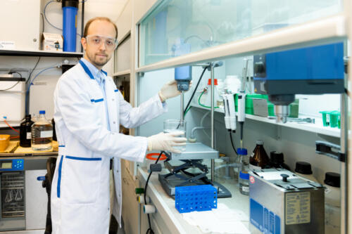 Максим Никитин, заведующий лабораторией нанобиотехнологий МФТИ, за работой