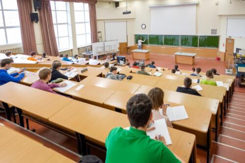Посткарантинный учебный процесс на Физтехе, сентябрь 2020-го. Студенты на лекции сидят с соблюдением дистанции. Идет online-трансляция для тех, кто присутствует дистанционно