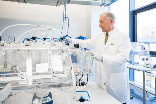 Харис Мустафин, руководитель лаборатории исторической генетики, радиоуглеродного анализа и прикладной физики МФТИ, у стенда пробоподготовки и выделения древней ДНК